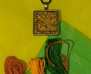 pendentif point de croix tissé tricolore